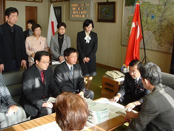 議長へ教育署名081209~1.JPG
