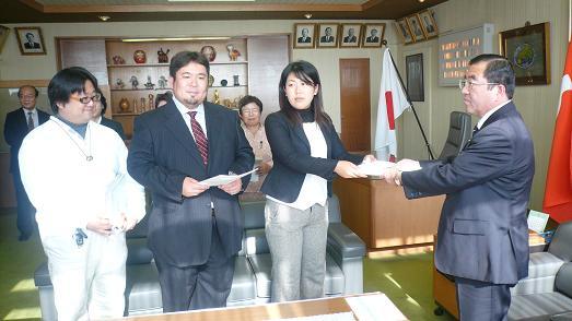 081209カニコー署名議長へ~1.JPG