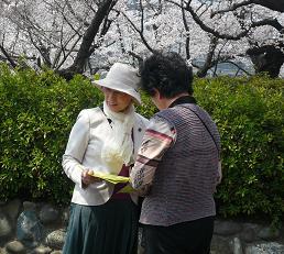 090411開成山公園で原水禁署名~1.JPG